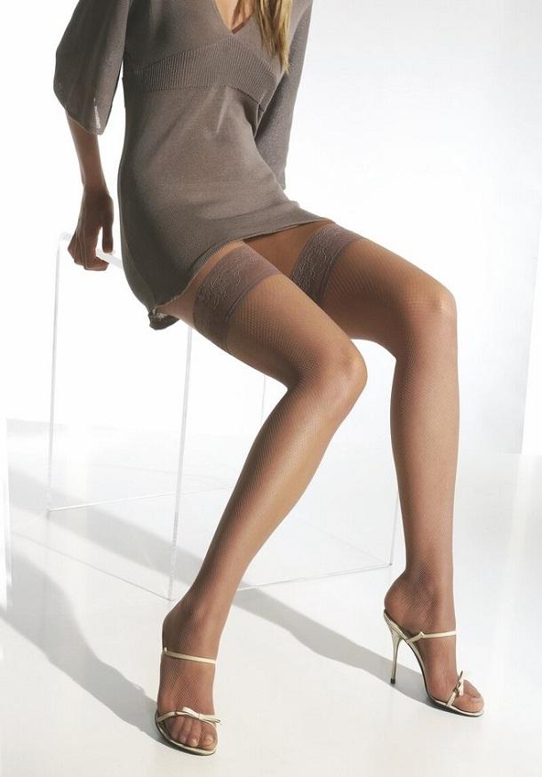 Сексуальная женщина в телесных колготках чулках