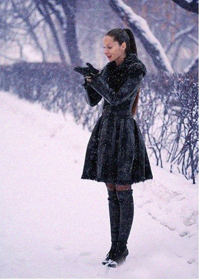Как зимняя погода отличается от летней, так и уход за кожей зимой имеет свои особенности. Если кратко, то основное правило звучит так: летом – увлажняем, зимой – увлажняем и питаем. Причем, мы сейчас говорим не только о коже лица, но и о коже рук и тела. Резкие перепады температур, холодный ветер, снег, искусственное отопление в помещениях, - все это как будто специально создано для того, чтобы поскорее состарить нашу кожу. Но, мы так просто не сдаемся, ведь правильный уход за кожей поистине творит чудеса. Однако, перед тем как скупить все предложенные косметологом средства и провести всевозможные процедуры, загляните в свой собственный холодильник. Казалось бы, странный совет, но реальность такова: то, как мы выглядим в первую очередь, зависит от нашего питания. Даже самый качественный зимний уход за кожей не принесет результатов, если ваше любимое блюдо – жирный гамбургер, а идеальный десерт – это сладкий торт. Антиоксиданты, которые находятся во всех красных овощах и фруктах, вот что сохраняет нашу кожу идеальной в любую погоду. Хорошая новость, оказывается, красное вино тоже антиоксидант, да еще какой! Так же обратите внимания на остальные сезонные продукты, не зря зимой так много орехов: миндаль, грецкий орех, бразильский,- все они богаты аминокислотами и витамином Е, который называют «витамином молодости». Злаки и отруби содержат группу витаминов B, который делает цвет нашего лица свежим, а кожу упругой. Итак, когда питание богато витаминами можно приступать к косметическим правилам ухода за кожей. Выбирая средства, обращайте внимание на состав, если нашли там сульфаты, парабены или силикон, то немедленно верните это средство на полку, нам такое не надо. Лучшая косметика обязательно содержит натуральные компоненты. Основная проблема кожи лица зимой – это сухость и шелушение, поэтому все крема следует наносить как минимум за сорок минут до выхода на улицу. Таким образом, крем хорошо впитается в комфортных домашних условиях и не вызовет шелушения на улице. Обяза