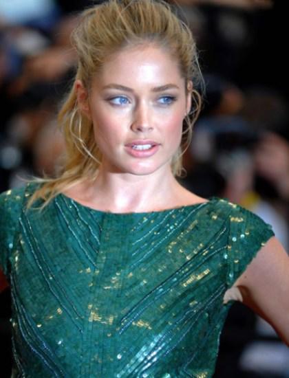 Фото вечернего макияжа под зеленое платье