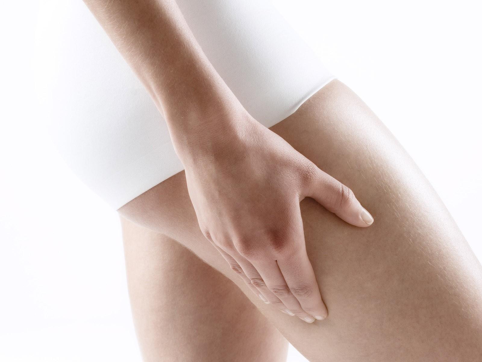 Моделирующие кремы, которые сегодня предлагают различные производители косметических средств для борьбы с целлюлитом, сами по себе проблему, конечно, не решают. Однако в комплексе с правильным питанием и занятиями спортом могут оказать благотворный эффект на кожу в проблемных зонах. Главный принцип здесь – использовать кремы регулярно (либо же применять их строго указанным курсом) и по возможности находить время для массажа проблемных участков тела. Lift minceur anti-capitons, Clarins, 2450 р. Моделирующий крем Lift minceur anti-capitons был разработан с учетом механизмов деления жировых клеток. Именно поэтому средство воздействует на жировую ткань на всех этапах ее образования, тем самым предупреждая появление первых признаков целлюлита. В 78 % случаев эффект заметен уже после месяца использования. Guam, антицеллюлитный крем с охлаждающим эффектом, 1850 р. В состав этого крема от целлюлита входит ментоловый экстракт, который придает средству насыщенный мятный аромат. Ментол сразу после нанесения крема на кожу моментально охлаждает ее, активно воздействуя тем самым на жировые клетки. Концентрат из морских водорослей, а также калий, кальций и магний, которые входят в состав моделирующего средства, выводят из тканей лишнюю жидкость и питают кожу, засчет чего она становится более эластичной. Эффект заметен уже на второй неделе регулярного использования крема. Body-Slim Destock Nuit, Lierac, 2600 р. Моделирующий крем Body-Slim Destock Nuit рекомендуется наносить на ночь, поскольку именно во время сна компоненты средства наиболее активно воздействуют на проблемные участки тела. Антицеллюлитный эффект достигается за счет кофеина, который входит в состав крема и который, проникая внутрь жировых клеток, стимулирует их активный распад. Уже после первого использования кожа становится более нежной, а через две недели регулярного применения заметно улучшается ее структура и зрительно уменьшается рельефность. Fat Girl Slim, Bliss, 1430 р. В структуру моделирующего средства Fat G