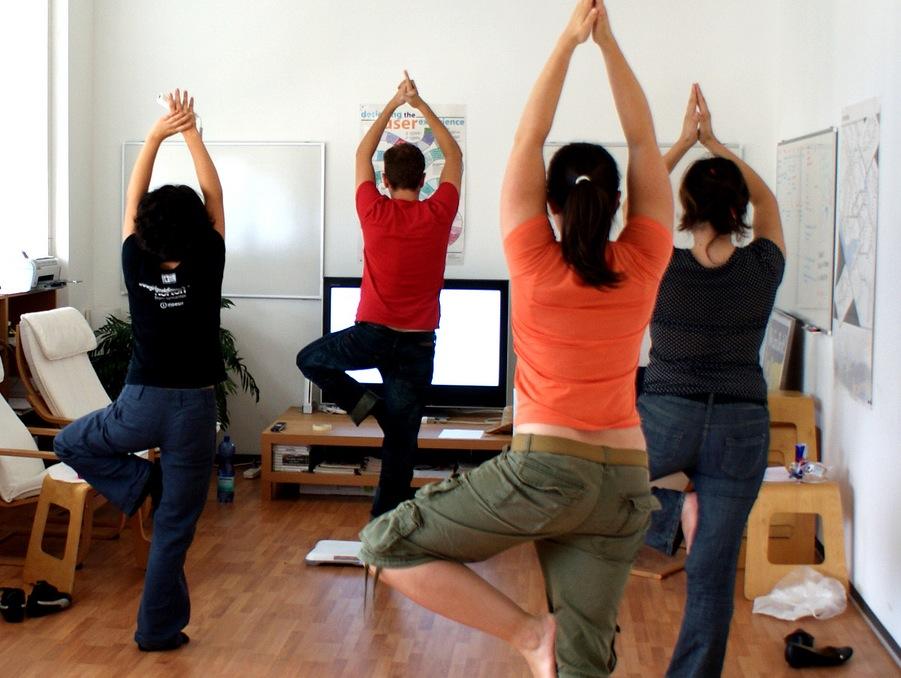 секреты женского здоровья йога в офисе | our-woman.ru