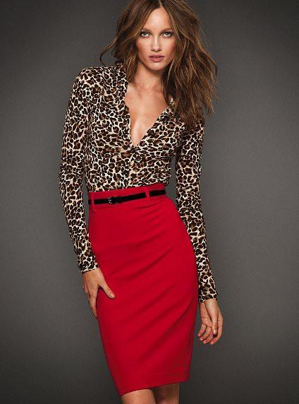 леопардовой блузки и красной юбки