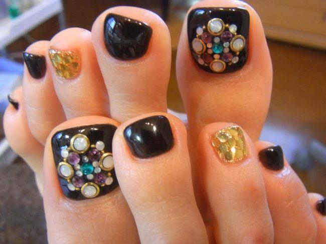 Дизайн ногтей на ногах с камнями